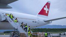 Descarga de material médico, en Ginebra, procedente de China