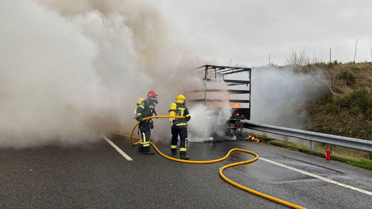Camión rumano arde en A-52 Riós.En la residencia Os Gozos fallecieron 40 usuarios con coronavirus