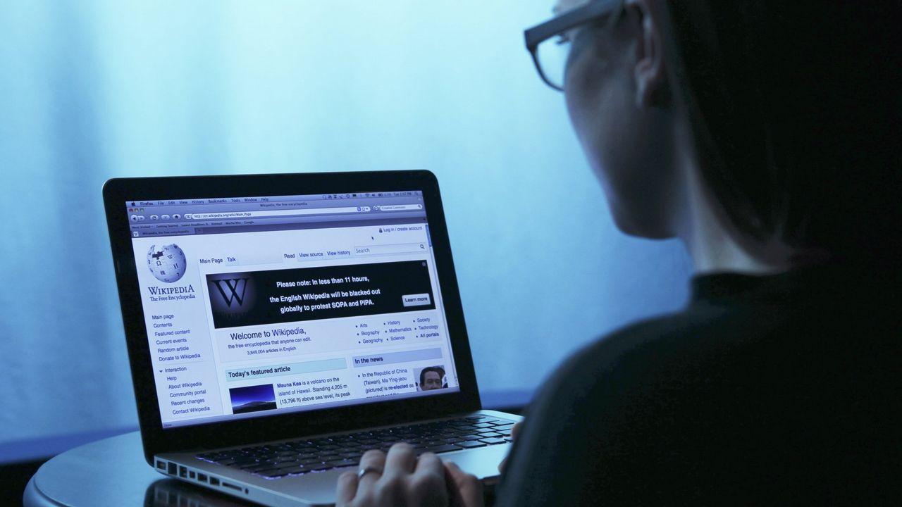 Montón dimite por las irregularidades de su máster.Un usuario de intenet consulta la Wikipedia en asturiano