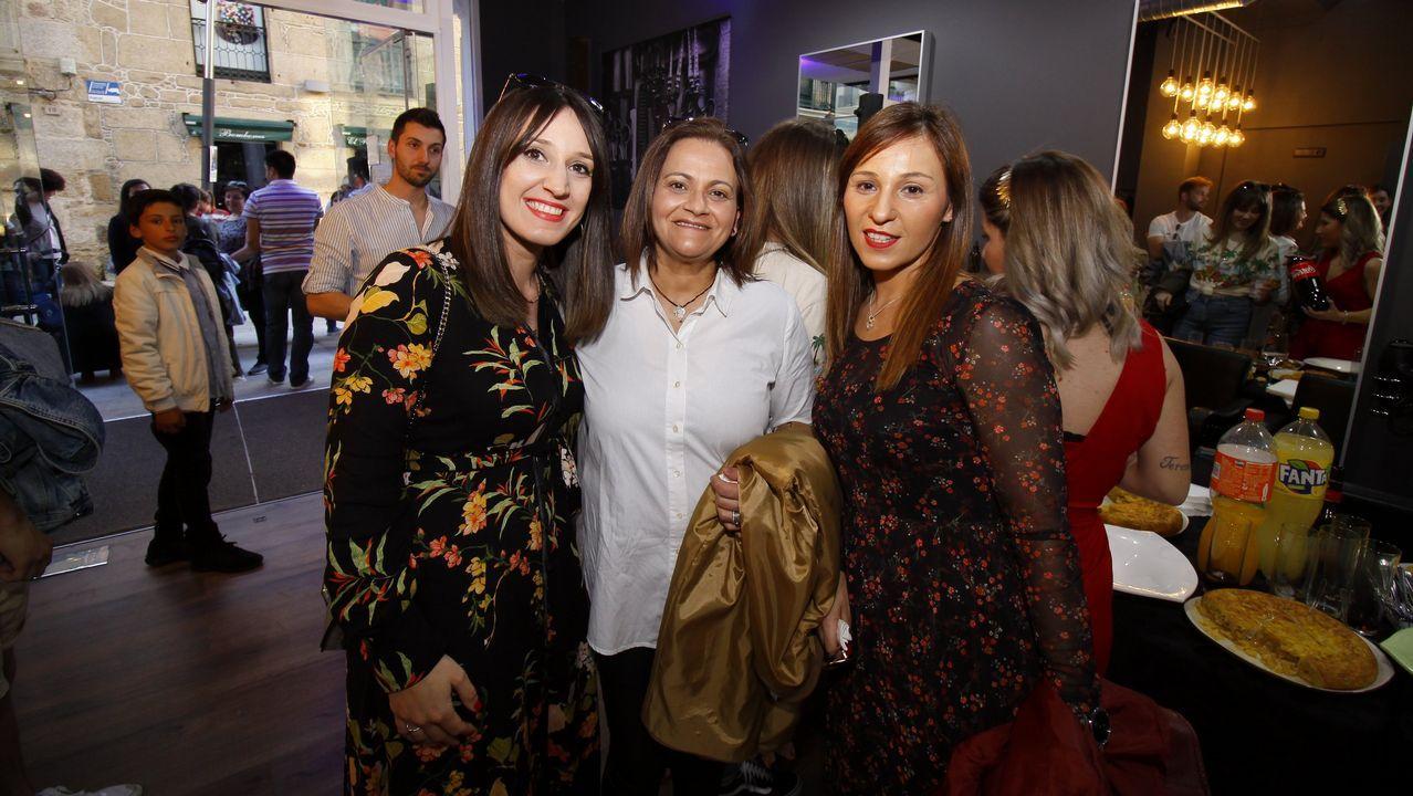¡Búscate en la inauguración de la peluquería Máis Trukos en Ribeira!