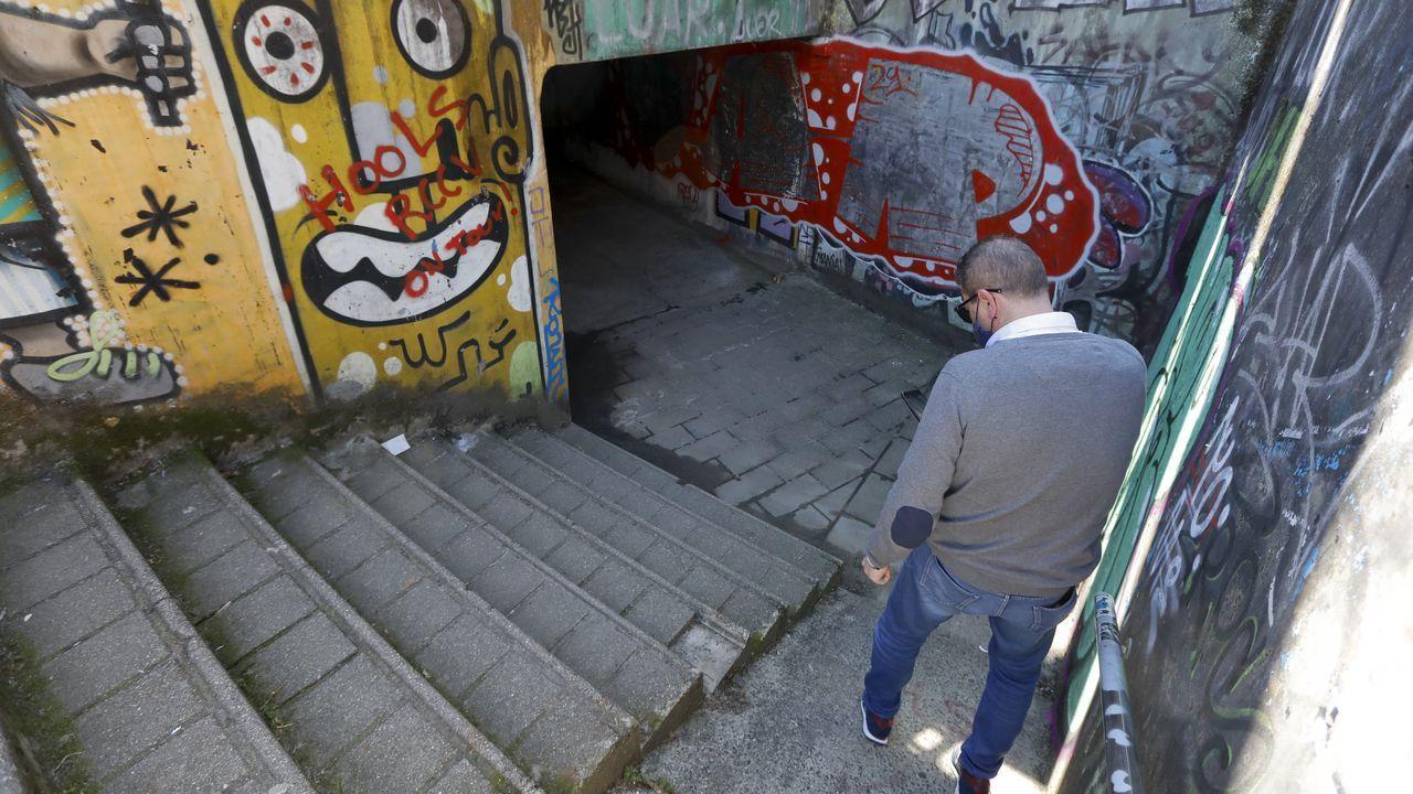 Uno de los hijos del octogenario fallecido en Batalla de Clavijo examina las escaleras en las que se produjo el accidente