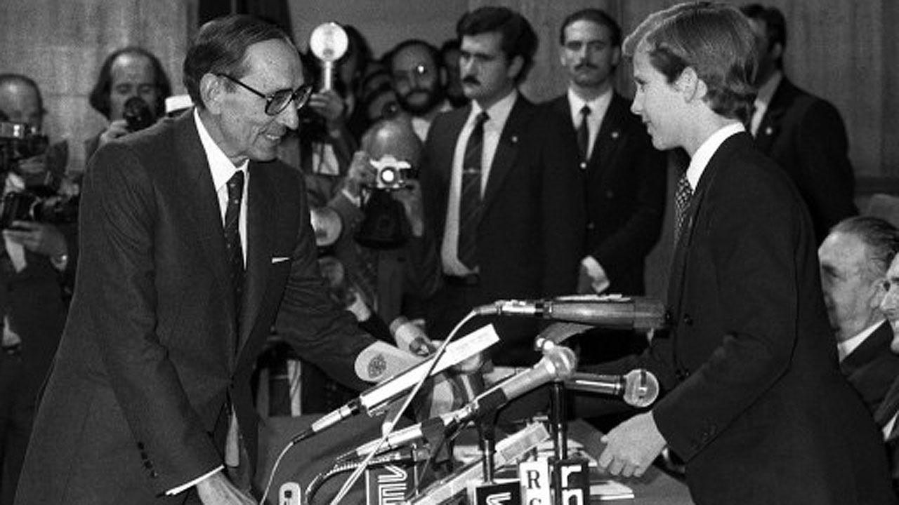 El príncipe Felipe, hoy Felipe VI, entrega el galardón de las Letras a Miguel Delibes