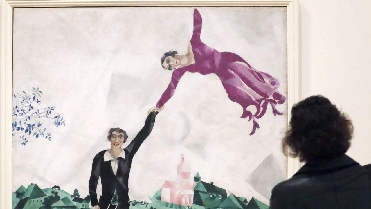 Chagall, explosión de color en el Guggenheim de Bilbao.La artista portuguesa posa ante la obras «Marilyn», unos zapatos elaborados con ollas y tapas de acero inoxidable