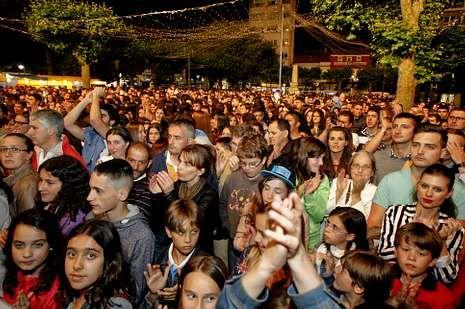 Rosa.El público abarrotó la Praza do Concello durante el concierto.