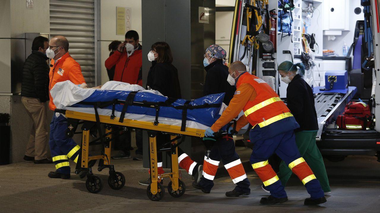 Los trabajadores delhospital gallego más castigado, el Chuac.Chuac, llegada de ambulancias a Urgencias