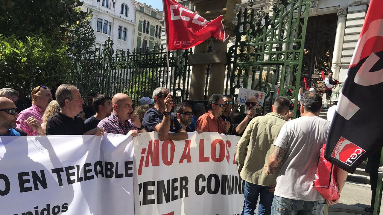 Fruta.Protesta de los trabajadores de Zener ante la Junta General coincidiendo con la toma de posesión de Adrián Barbón