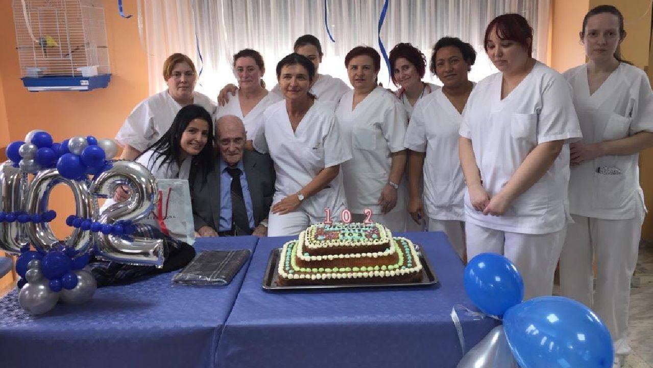 Comparsas en Chantada y Sober.José Gallego González en su cumpleaños, acompañado por integrantes del personal de la residencia