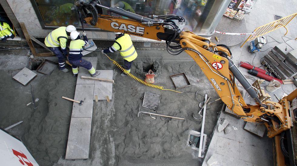 Colocación, este jueves por la mañana, de las primeras piezas del nuevo pavimento de la calle Cardenal