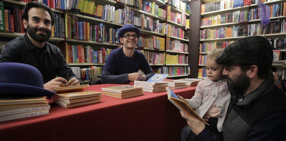 David Pintor y José Nogueiras firmaron ejemplares de «Brinca vai» en la librería Santos Ochoa.