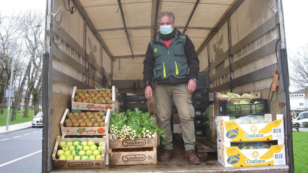 Miguel Lozano, de Vilalba, en su camión, con frutas y verduras