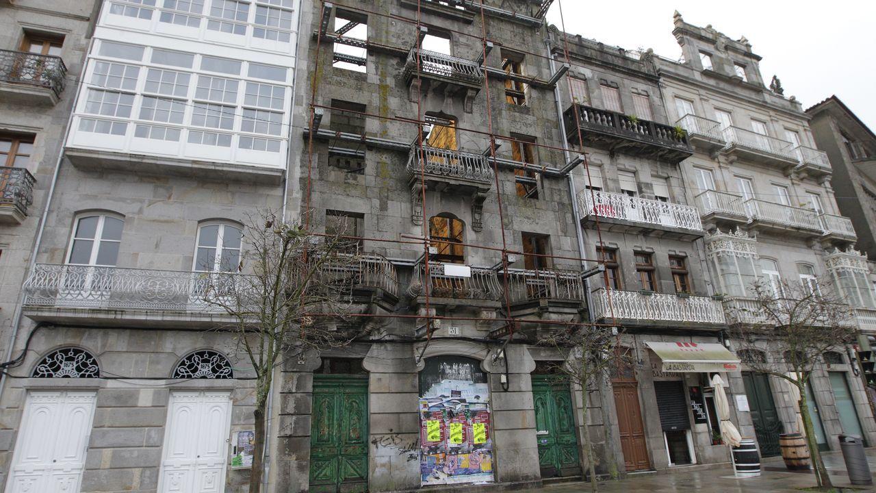 Los mayores edificios del barrio histórico de Vigo sin rehabilitar.A la izquierda, solar en venta en la calle Teófilo Llorente; a la derecha, Manuel Cuquejo delante de una casa que rehabilita
