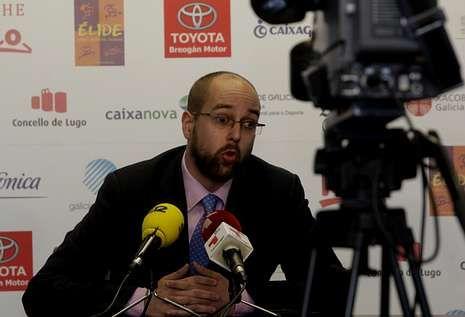 Javier Gómez ofreció ayer una rueda de prensa en el Pazo en la que no compareció Antonio Veiga.