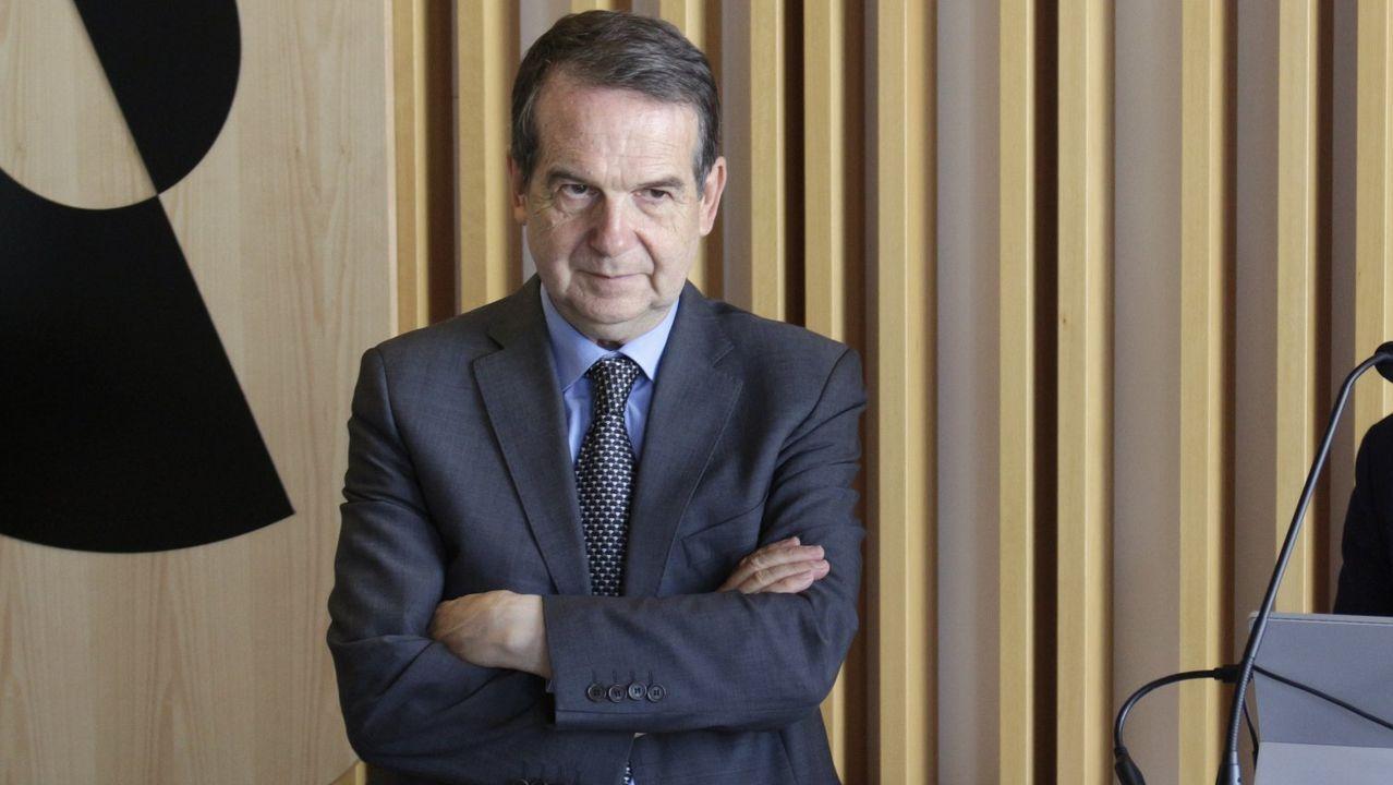 Sánchez carga contra Núñez Feijoo por «esconder» las siglas del PP.Un vecino de Chapela espera ayer ante una marquesina la llegada del autobús de Vitrasa que le traslada hasta Vigo.