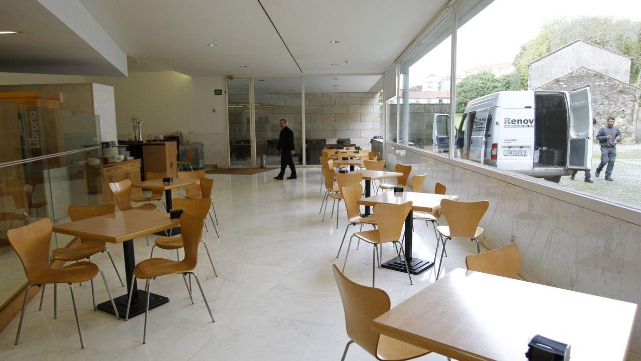 La exposición «A paisaxe e a súa pegada» abre sus puertas en la Casa do Cabido.Peregrinos a la sombra a su paso por Santiago