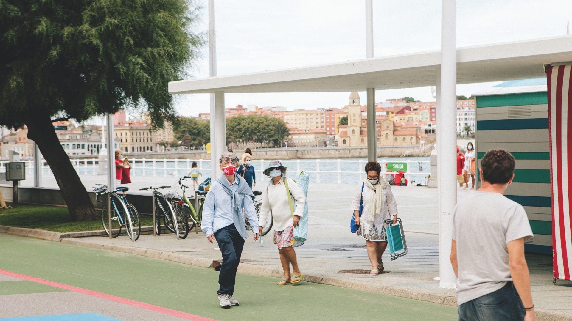 Paseantes en la nueva zona peatonal del Muro de San Lorenzo