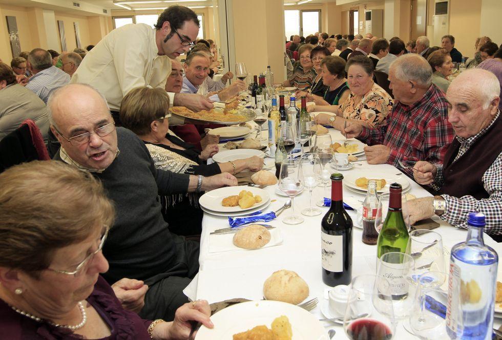 Los miembros de Xuntanza, de Burela, en la comida que los reunió.