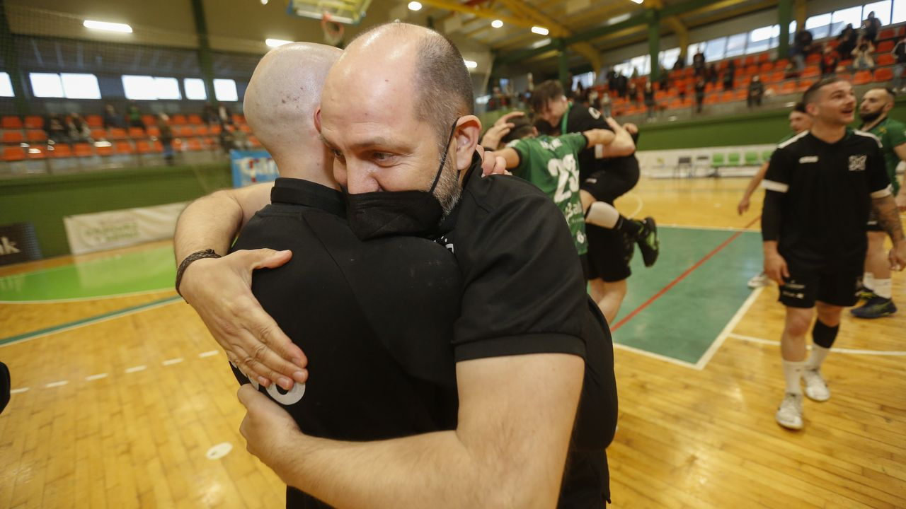 El técnico Adrián Dubra se funde en un abrazo con un jugador