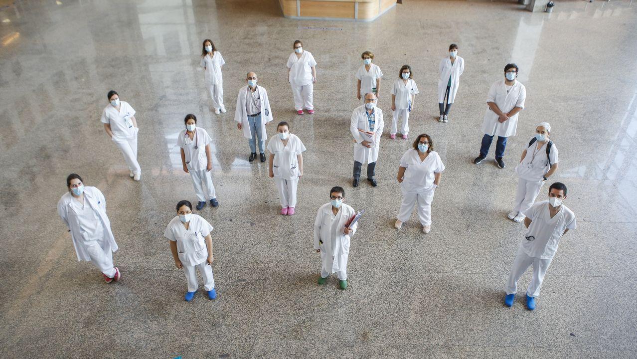 Los choqueiros se disfrazan en casa.Ana Mariño, en medio con la carpeta, con médicos y enfermeros del equipo de Medicina Interna que atiende la planta covid en el área sanitaria de Ferrol.
