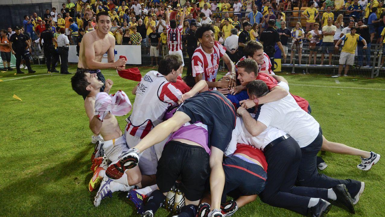Jugadores del Lugo, celebrando el ascenso en el 2012, tras superar al Cádiz en el Ramón de Carranza en los penaltis