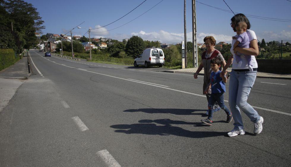 Ana Sánchez cruza la carretera con sus dos hijos y con su vecina Carmen.