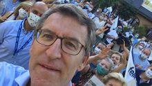 El selfi del candidato. Alberto Núñez Feijoo, ayer en un encuentro en Pontevedra