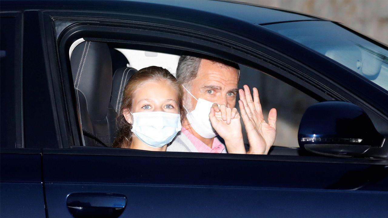 La infanta Sofía llega a Petra con muletas.Felipe VI y la princesa Leonor llegan al palacio de Marivent