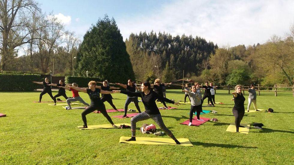 Clase de yoga en la Casona de Amandi.Una clase de yoga en una Casona asturiana