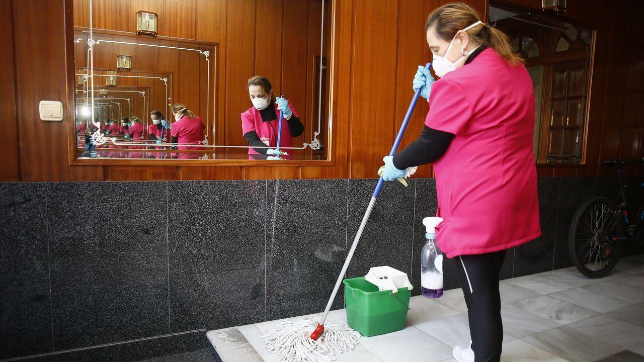 Planta de Azsa.Personal de limpieza trabajando en un espacio común este jueves, en el edificio Parquemar de Viveiro