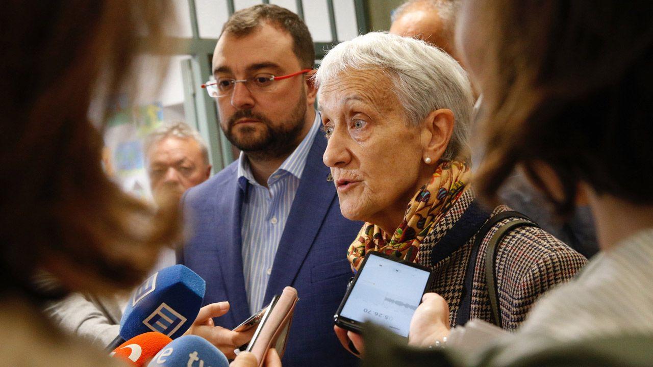 La consejera de Educación, Carmen Suárez, atiende a los medios en presencia de Adrián Barbón