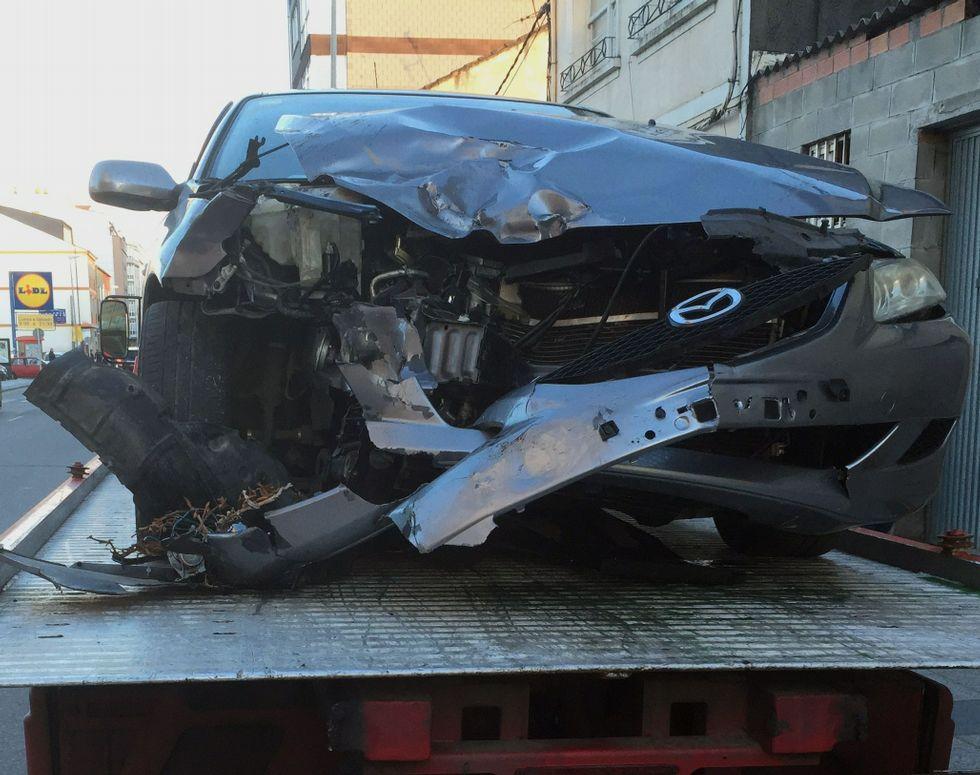 La parte frontal del coche de los los heridos quedó destrozada