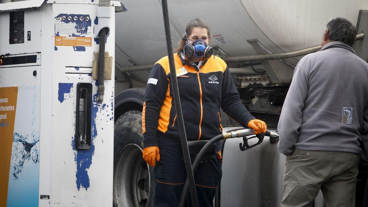 Trabajadora con mascarilla en una gasolinera próxima al polígono del Tambre