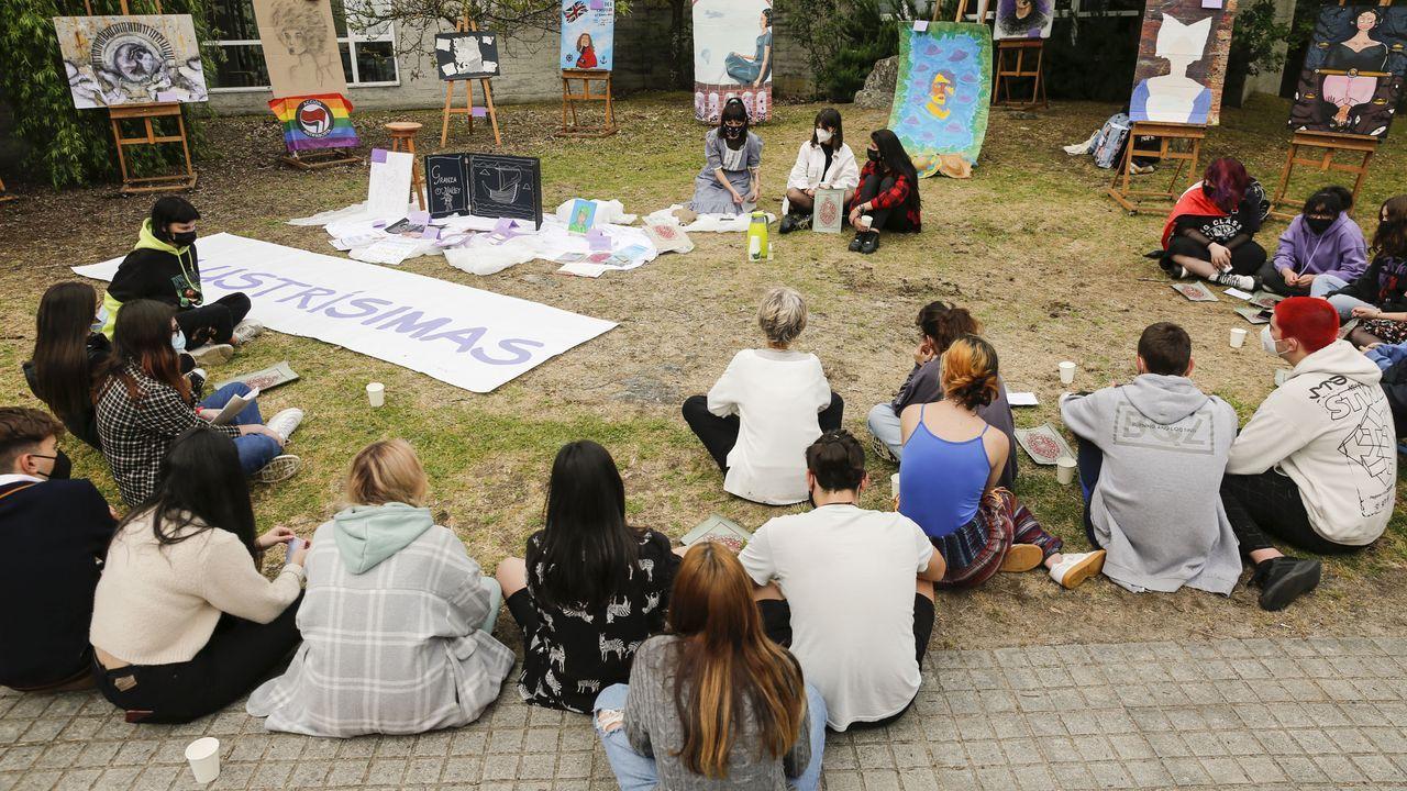 Los alumnos realizaron las exposiciones en un espacio exterior del centro