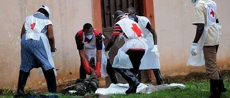 Miembros de la Cruz Roja retiraban ayer los cadáveres diseminados por las calles de Bangui, donde continúan las matanzas.