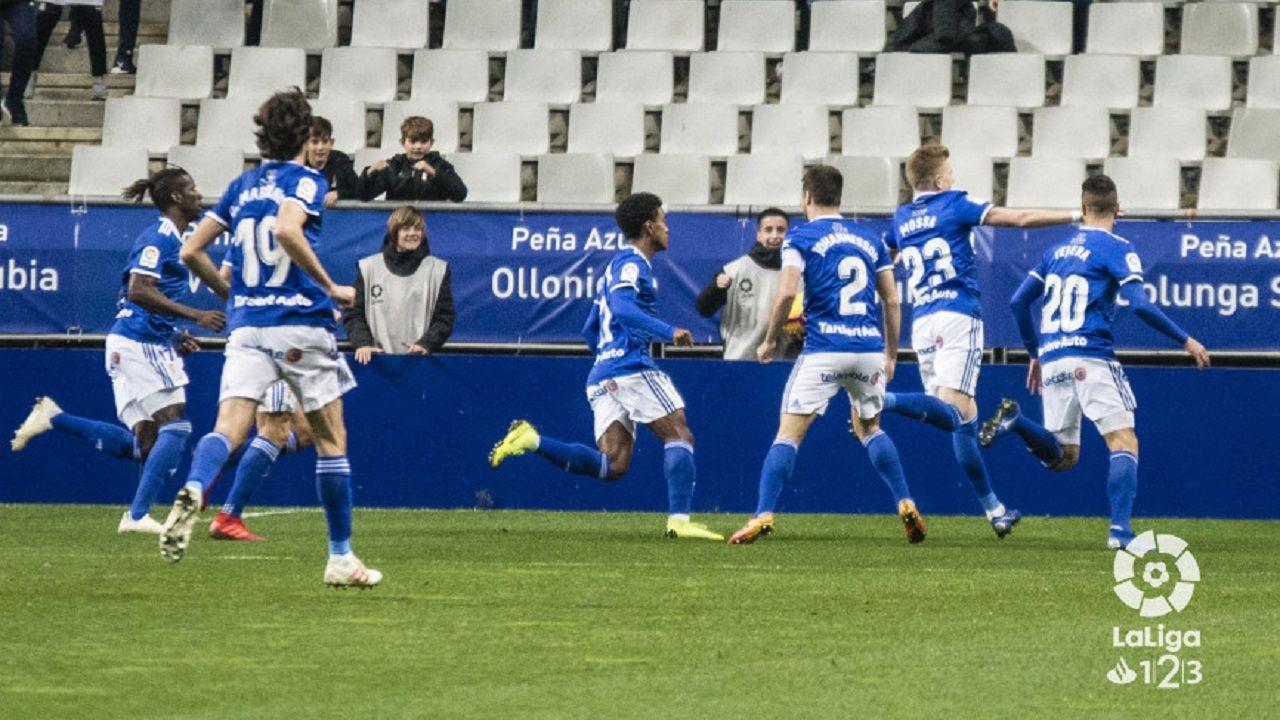 La autopista del Huerna.Los jugadores del Oviedo celebran el gol de Mossa