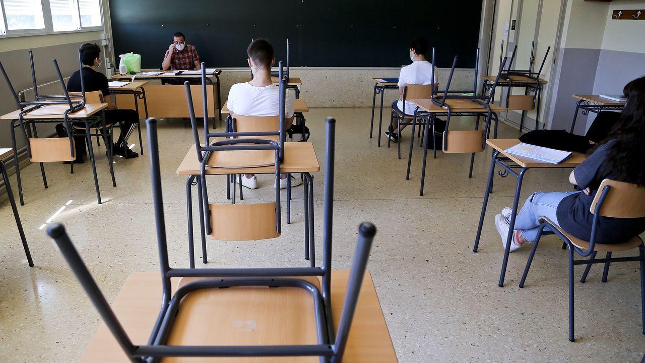 Regreso a las aulas en Ribeira.Alumnos en el instituto República Oriental de Uruguay, de Vigo