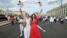 Mujeres bielorrusas, hoy, con pancartas contra la violencia y flores para las fuerzas del orden pacíficas