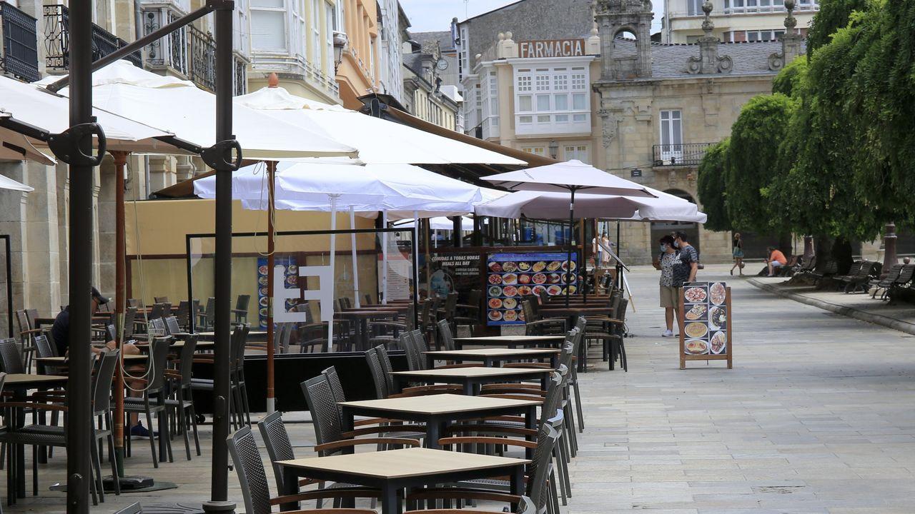 El sector de la hostelería sale a la calle a protestar por el cierre.Terrazas en la Praza Maior de Lugo
