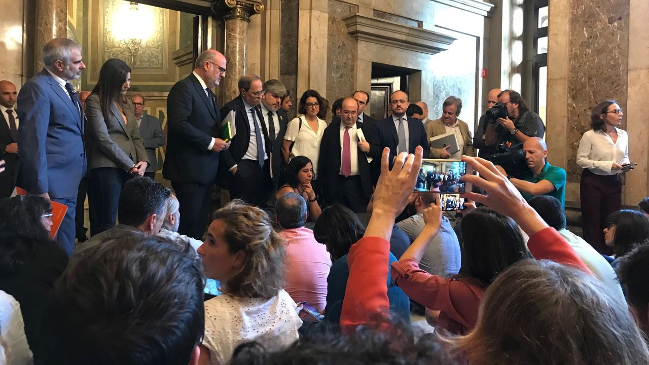 Las condenas a los líderes del «procés» suman 99 años de cárcel.Periodistas parlamentarios protestan en la Cámara catalana contra agresiones al colectivo