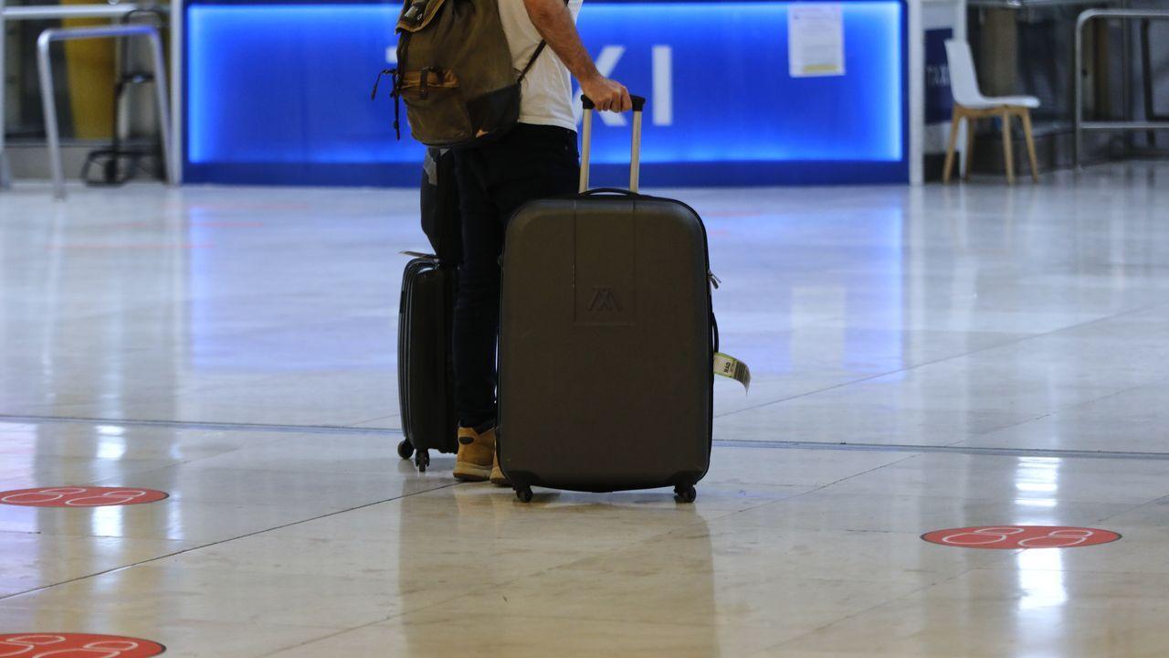 Peinador también desescala: llega el primer vuelo de Canarias.El avión de Volotea, en la pista de aterrizaje