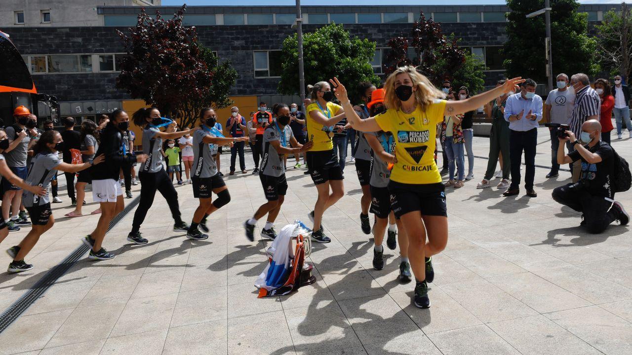 Llegada a la plaza del concello de Burela del equipo femenino de fútbol sala como campeonas de liga.Playa de O Torno, en Cervo