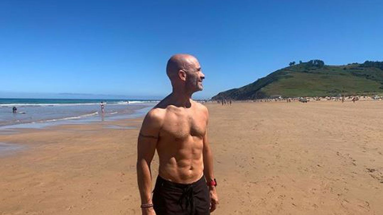 El periodista ovetense Antonio Lobato, en la playa de Vega, en Ribadesella