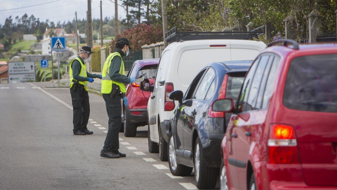 La Policía Nacional detiene en A Coruña a un ciudadano turco relacionado con dos asesinatos ocurridos en Turquía y vinculados al narcotráfico.Un guardia civil inspecciona el camión interceptado y que tenía manipulado el tacógrafo