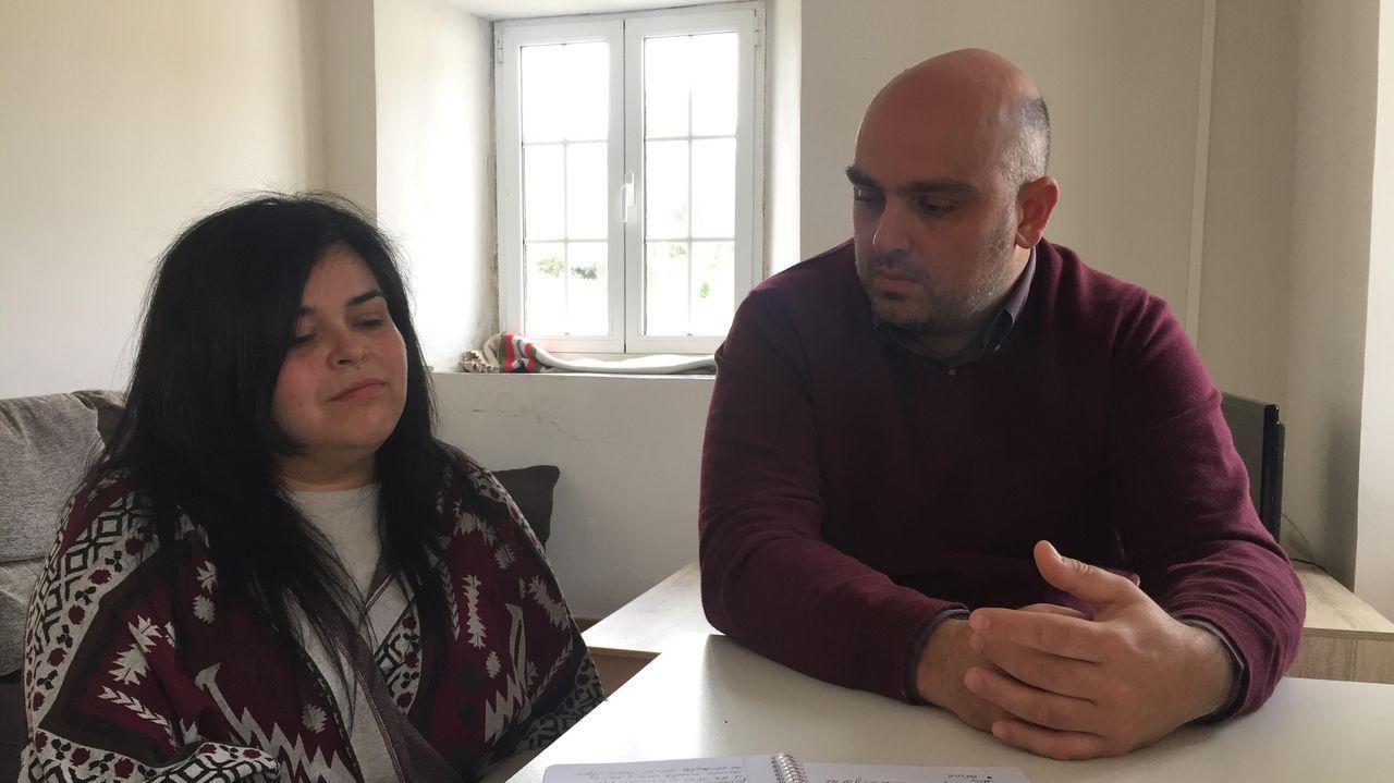 Indeborg y Gustavo, en el salón de la vivienda en Sante que les cedió el Concello de Trabada