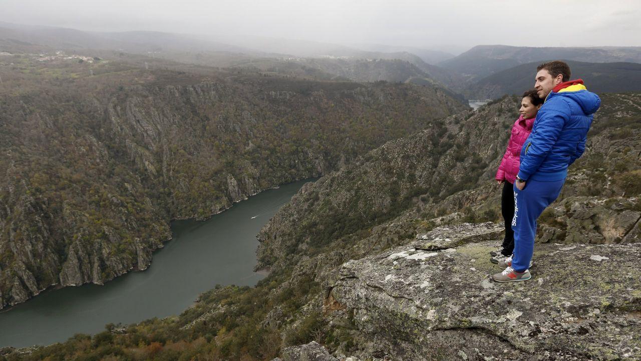 Turistas frente al cañón del Sil, en el municipio de Sober