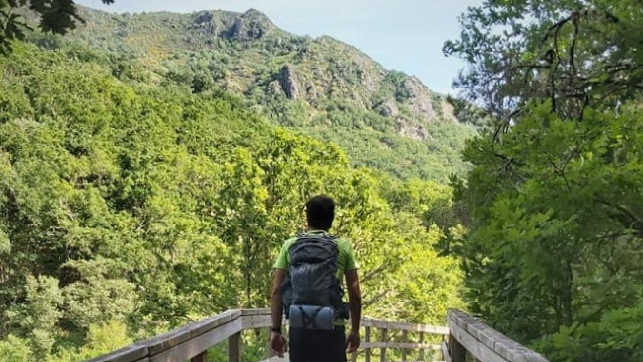 El guía de una marcha de senderismo organizada el pasado fin de semana por la empresa Rutea en la Ribeira Sacra, en un tramo de la ruta de las pasarelas del rio Mao, en el municipio ourensano de Parada de Sil