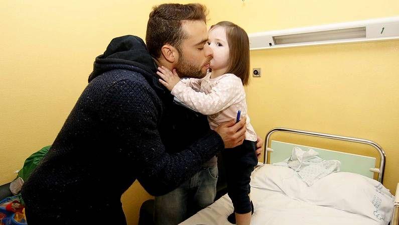 El Sevilla 1 - Celta 0, en fotos.Sergio, portero del Celta, con los niños del Hospital Xeral