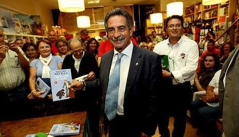 Miguel Ángel Revilla, durante la presentación de su obra hace meses en una librería de Pontevedra.