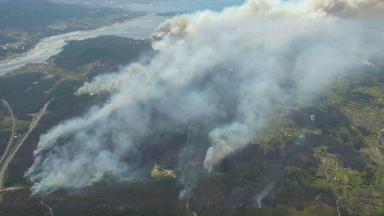 Vista aérea del gran incendio de Dodro y Rianxo