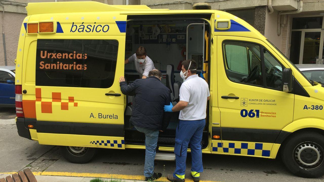 Trabajadores del 061 trabajando en Viveiro protegidos con mascarillas