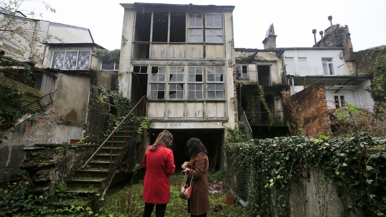 La fachada interior de una de las casas se conforma por una cristalera de madera